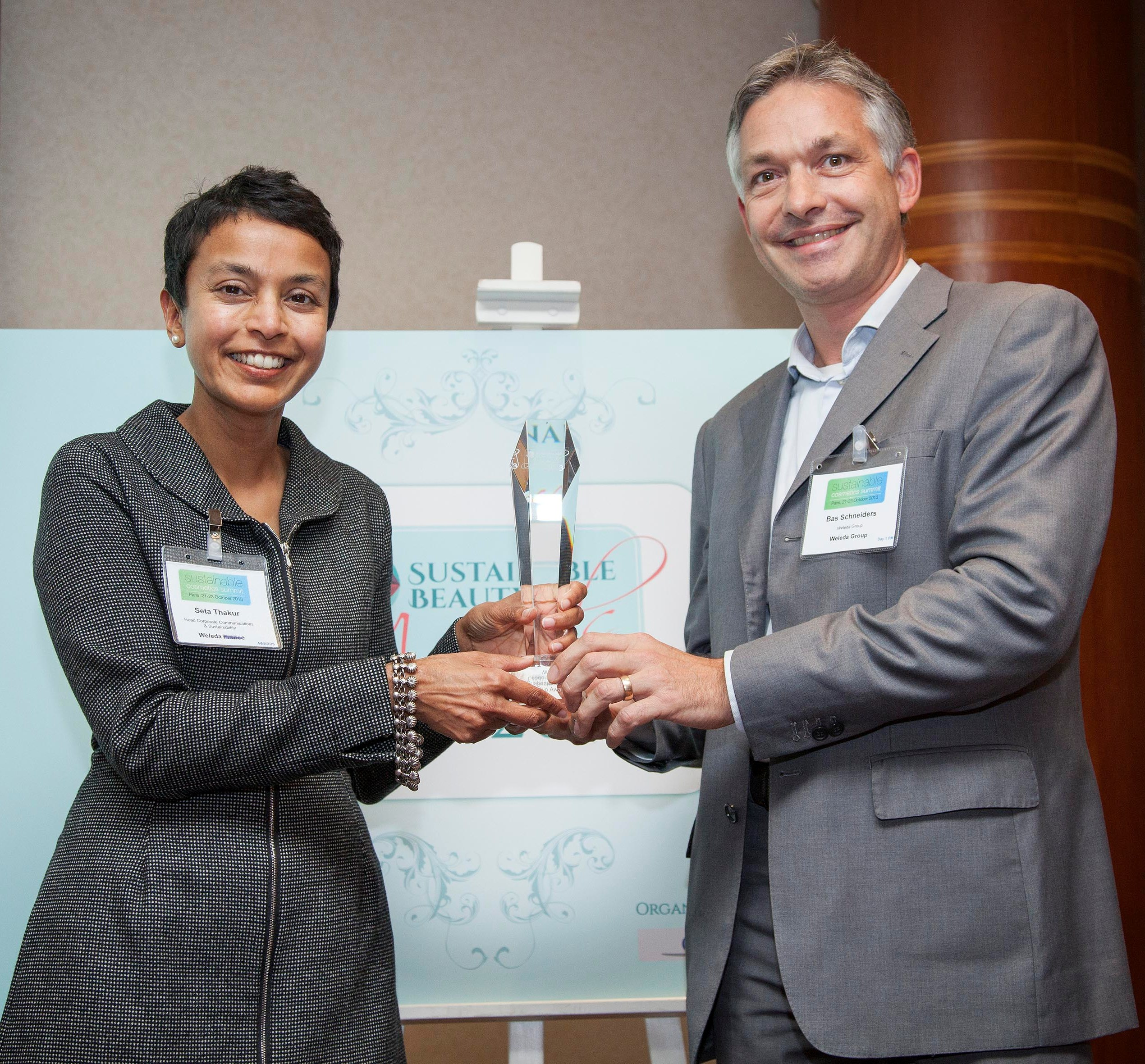 Seta Thakur_Bas Schneiders with award